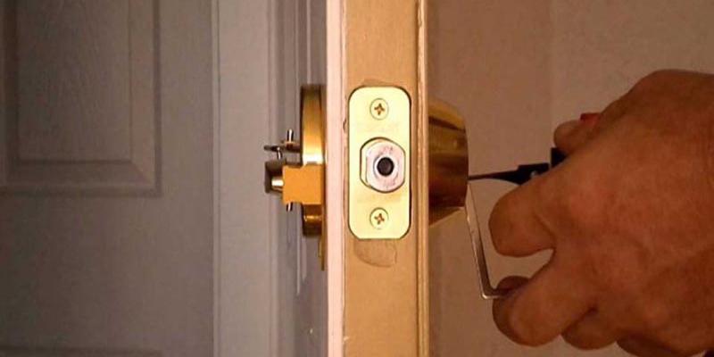Cách mở ổ khóa tay nắm tròn bị kẹt