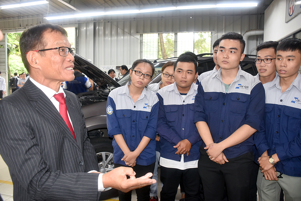 Ông Võ Quang Huệ trao đổi với sinh viên ngành Công nghệ ô tô HCMUTE. Ảnh: Công Chương.