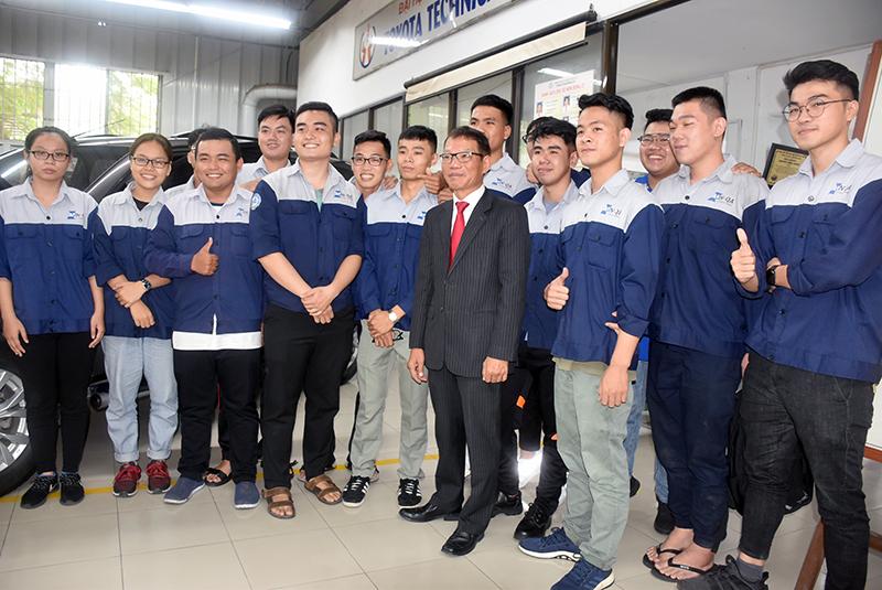 Ông Võ Quang Huệ - Phó Tổng giám đốc Tập đoàn Vingroup, chụp ảnh lưu niệm với SV khoa Cơ khi động lực HCMUTE, ngày 5/10. Ảnh: Công Chương.