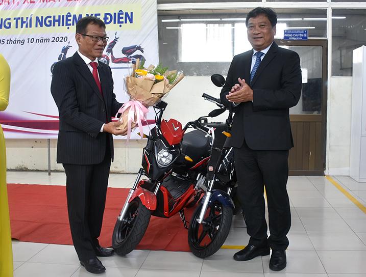 Ông Võ Quang Huệ tặng 2 xe máy điện cho khoa Cơ khí động lực HCMUTE. Ảnh: Công Chương.